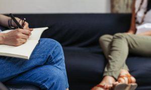 Quais são os benefícios da terapia nos casos de esquizofrenia?