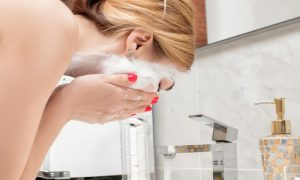 Por que lavar a pele oleosa com sabonete comum com frequência pode piorar o problema?