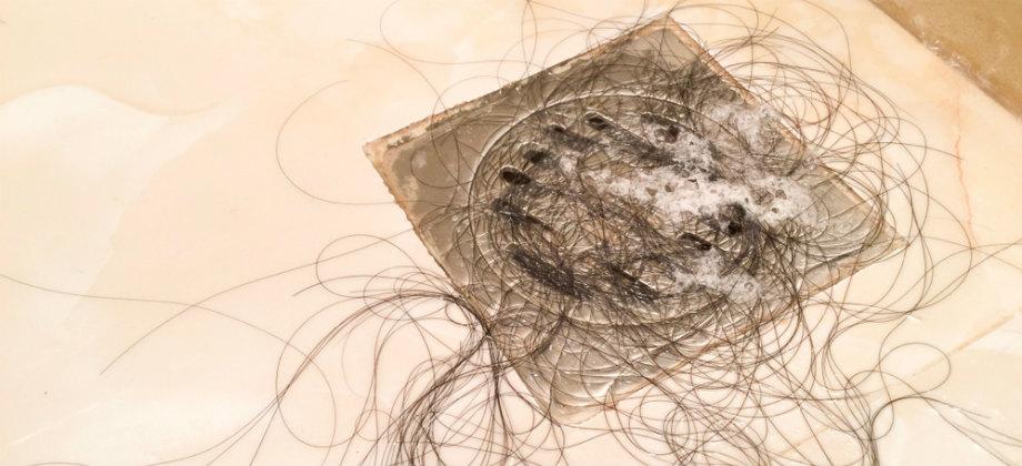 Queda de cabelo no banho é normal? Dermatologista tira dúvidas!