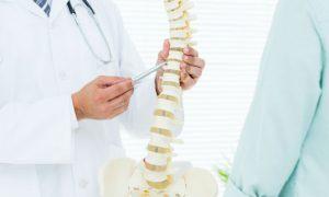 Por que a osteoporose pode causar deformações na coluna?
