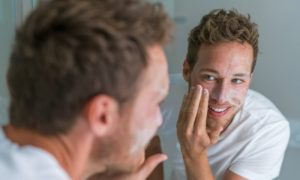 Mantendo a pele jovem: quais são os cuidados indicados antes de dormir?