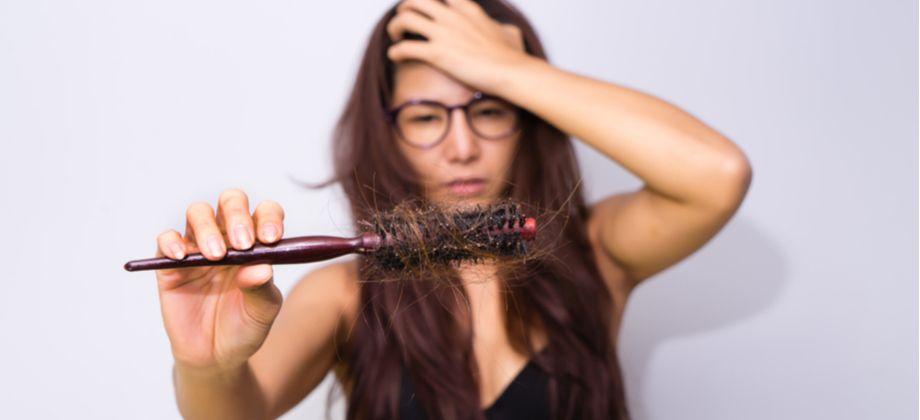 É normal perder cabelo todos os dias? A partir de que ponto isso vira um problema?