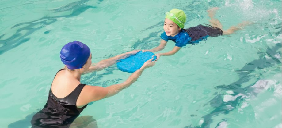 Como professores de natação podem evitar a síndrome das unhas frágeis?