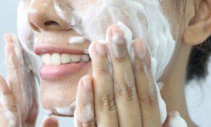 Por que usar sabonete comum na pele oleosa pode piorar o problema?
