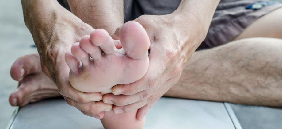 Que fatores facilitam infecções causadas por fungos nos pés e nas mãos?
