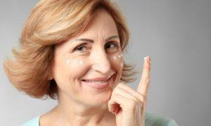 Qual é a função do retinol em um produto antirrugas?