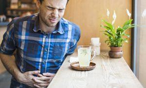 De que forma o H. pylori contribui para a formação de úlceras no estômago?