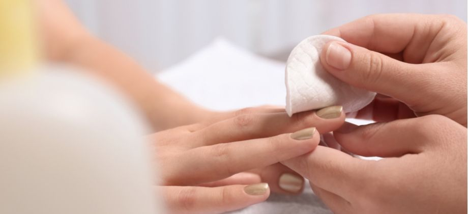 Quais produtos químicos contribuem para o desenvolvimento da síndrome de unhas frágeis?
