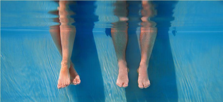 Um paciente com herpes genital pode contaminar outras pessoas em uma piscina?