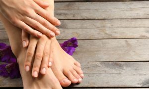 Qual é o papel da biotina na saúde das unhas?