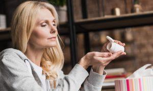 Qual é o papel da reposição hormonal no tratamento e prevenção da osteoporose?