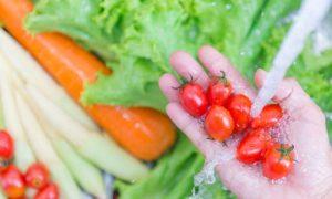 É necessário usar cloro para limpar vegetais que serão comidos crus?