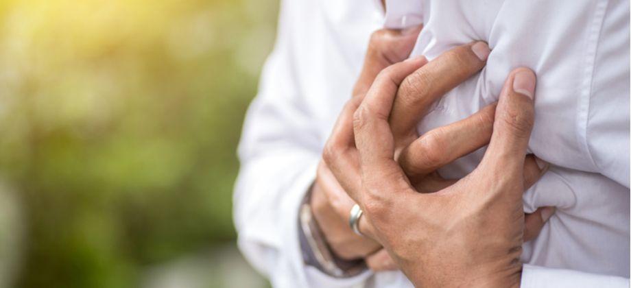 De que forma a hipertensão descontrolada pode levar a um infarto?