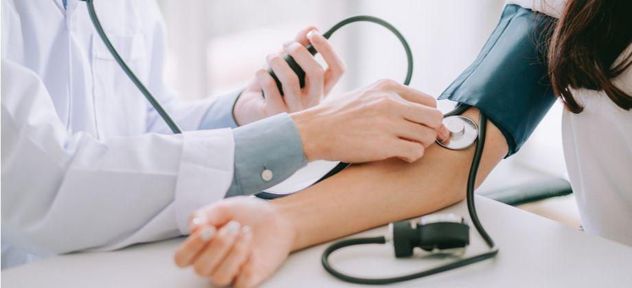 Como a pressão arterial descontrolada pode afetar os rins?