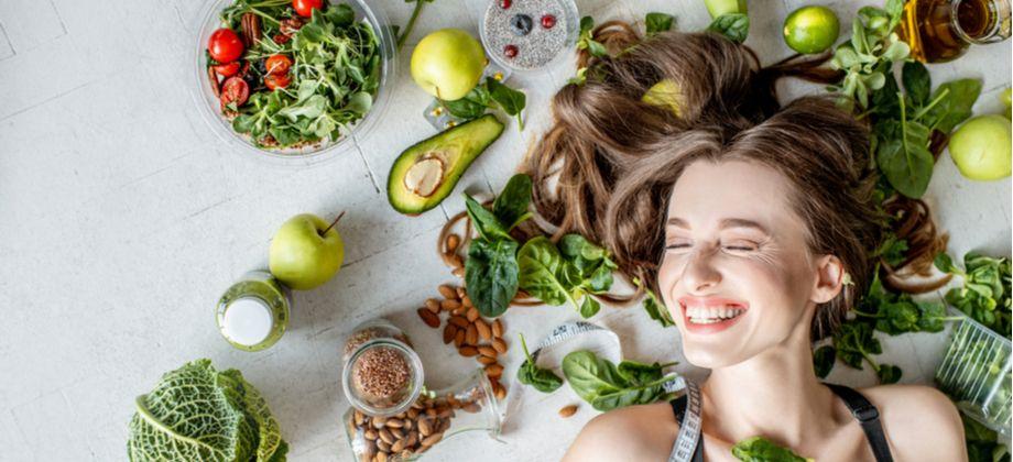 Quais são os efeitos de uma dieta pouco nutritiva na saúde capilar?