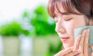 Como o ácido salicílico age no combate à oleosidade da pele?