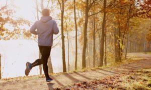 De que forma a prática de exercícios ajuda no tratamento da hipertensão?