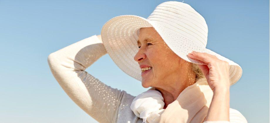 Qual é a relação entre a proteção solar e o combate ao envelhecimento da pele?