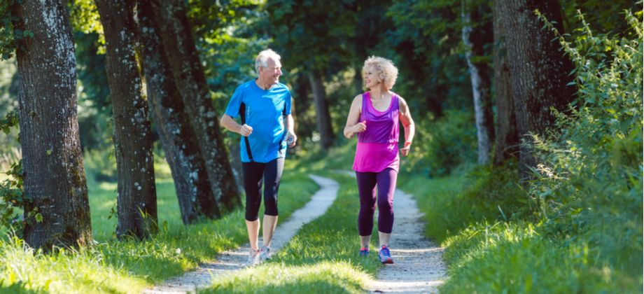 A caminhada pode auxiliar no tratamento da osteoartrite nos joelhos em idosos?