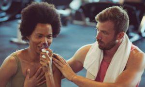 Como lidar com a falta de ar causada pela asma durante um exercício físico?