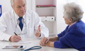 Qual especialidade médica realiza o acompanhamento de um paciente com osteoporose?