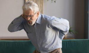 Por que a osteoporose pode se manifestar com dor nas costas?