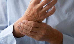 Osteoporose: Como se proteger de possíveis fraturas no punho facilitadas pela doença?
