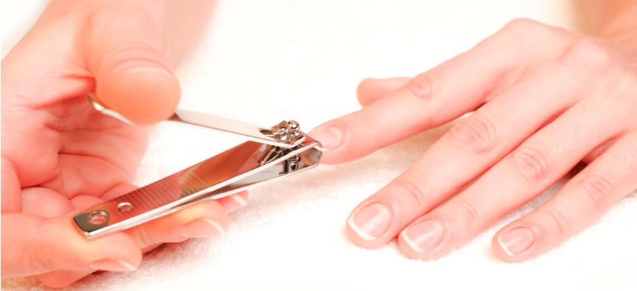 Quais cuidados quem está tratando a síndrome das unhas frágeis deve ter na hora de cortá-las?