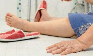 Por que o banheiro pode ser uma área da casa perigosa para quem tem osteoporose?
