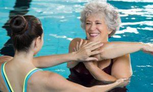 Osteoartrite: Por que é recomendado fazer exercícios na piscina?