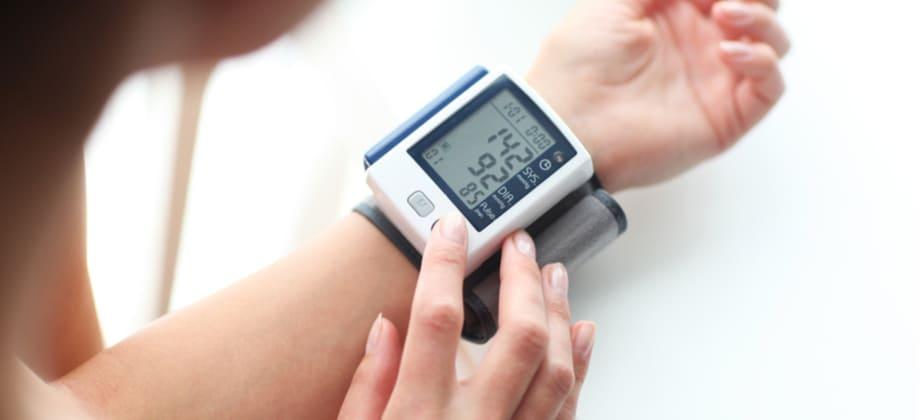 Por que a pressão arterial varia durante o dia?