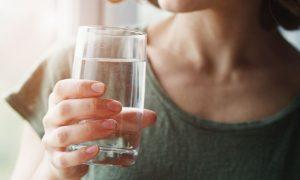 Beber água com frequência pode ajudar no tratamento de hemorroidas?