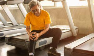 Como pacientes com osteoporose podem se proteger de fraturas durante a prática de atividades físicas?