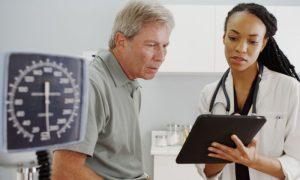 Quais especialidades médicas devem acompanhar o tratamento de osteoporose em homens?