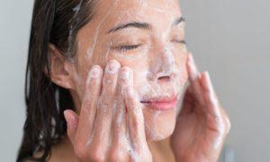 Por que sabonetes comuns podem piorar a oleosidade em quem já tem esse tipo de pele?