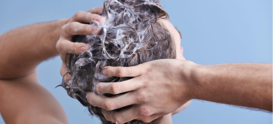 O modo de uso de shampoos anticaspa é o mesmo de produtos comuns?