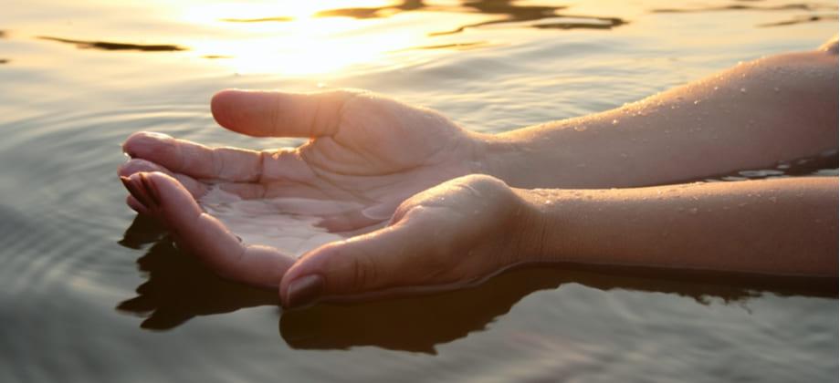 A falta de hidratação pode deixar as unhas frágeis?