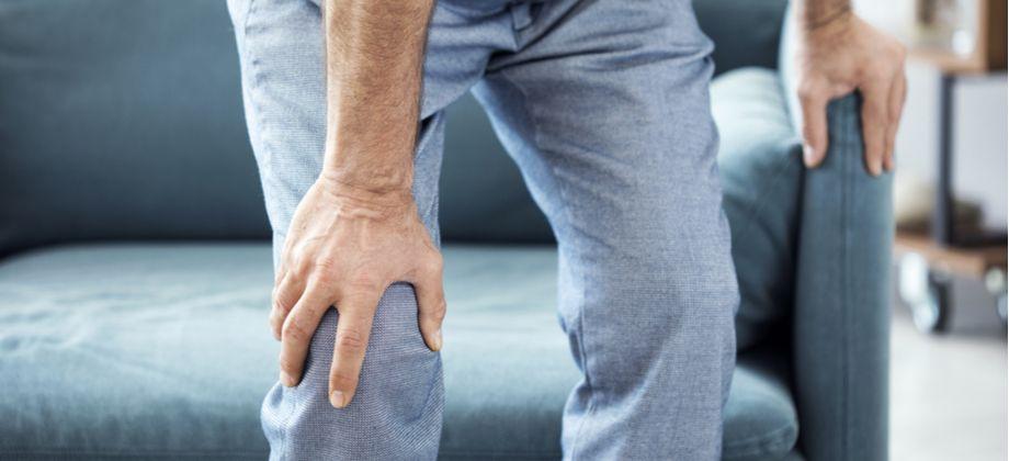 A osteoporose tende a se manifestar mais tarde em homens? Por quê?
