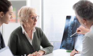 O que são as fraturas por compressão? Saiba mais sobre essa possível consequência da osteoporose!