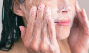 Pele oleosa: Lavar demais a pele pode piorar o quadro?