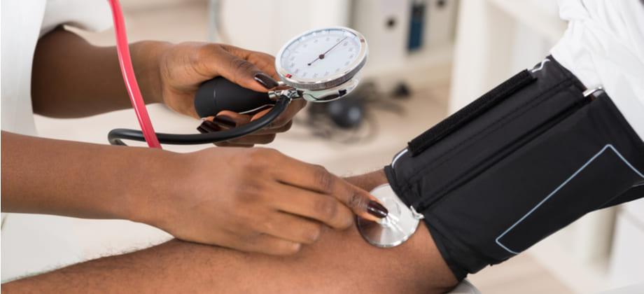 Quem convive com pressão baixa corre menos risco de desenvolver hipertensão?