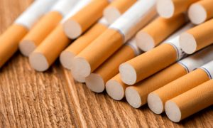 De que forma o tabagismo causa a DPOC?
