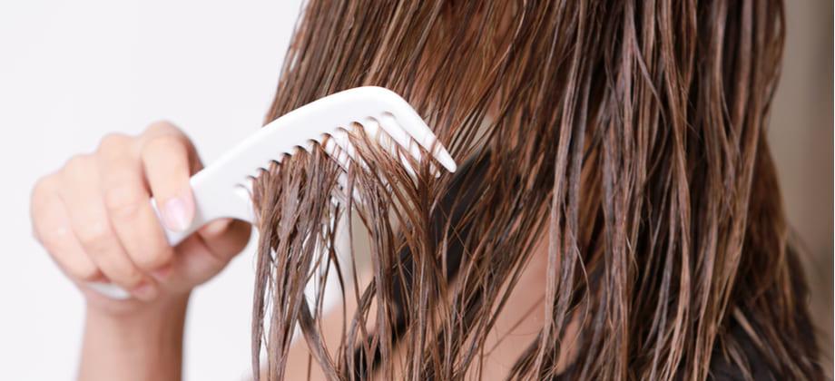 Dormir com os cabelos molhados pode agravar um quadro de calvície?