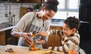 Crianças na cozinha: mais saúde e aprendizado em família