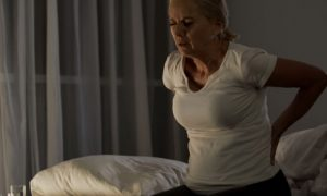 Por que a dor da osteoartrite costuma ser maior ao acordar e no fim do dia?