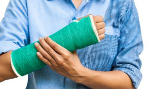 Osteoporose: Como uma fratura na mão pode impactar a rotina de um paciente em isolamento social?