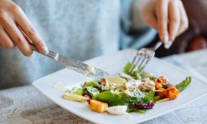 Comer saladas de restaurantes é um fator de risco para parasitoses intestinais?