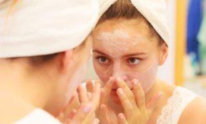 Hidratar a pele oleosa pode causar o surgimento de acne?
