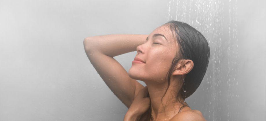 Como a água quente prejudica a barreira de proteção da pele?