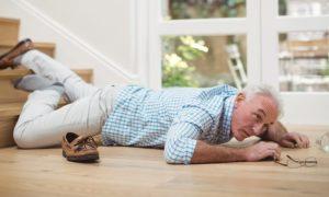Como pacientes com osteoporose podem reforçar os cuidados para evitar acidentes domésticos durante a quarentena?
